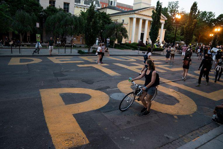 'Defund the Police' op straat vlakbij het Witte Huis in Washington. Beeld EPA