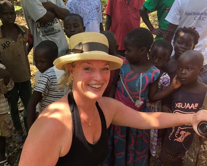 Ilse Lamers bij kinderen in een dorpje van cacaoboeren.
