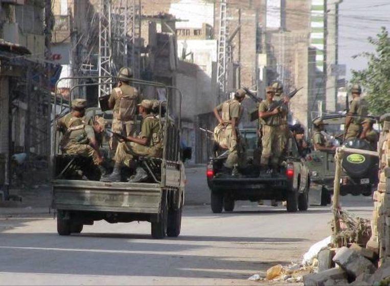 Pakistaanse troepen op patrouille tijdens een uitgaansverbod in Bannu, een stadje aan de rand van Waziristan, een gevaarlijk gebied aan de Afghaanse grens. (AP) Beeld