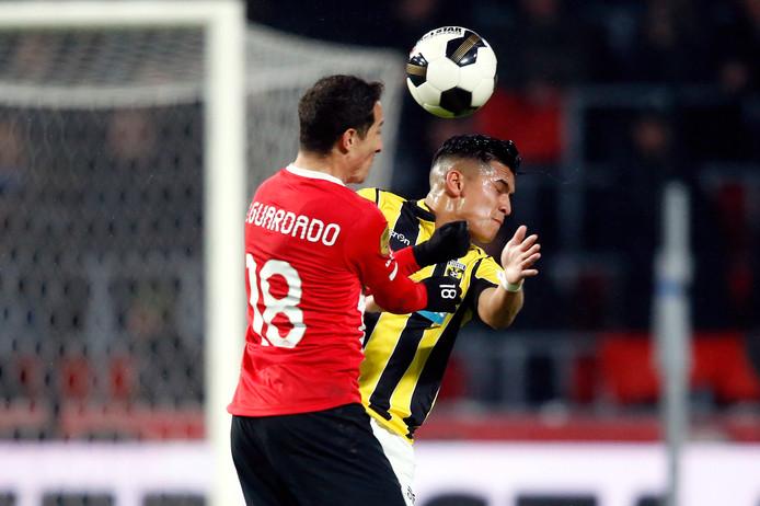 Andrés Guardado in duel tijdens de wedstrijd tegen Vitesse.