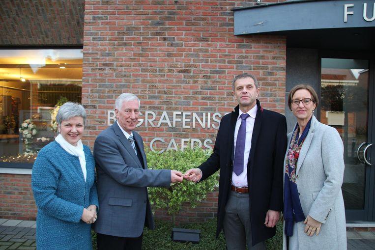 Vanaf 1 juni neemt Jan Schillebeeckx (tweede van rechts) de zaak van Staf Caers (tweede van links) over.