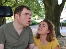 Haar moeder overlijdt aan borstkanker, ineens krijgt Carolien (26) zorg voor oma en broer