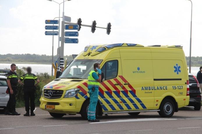 Ambulancepersoneel kwam naar de plek van ongeval in Vrouwenpolder.