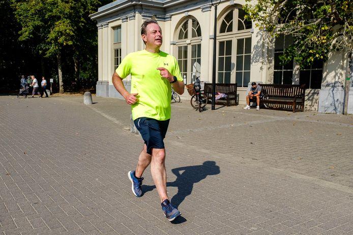 Burgemeester Bart De Wever in volle inspanning, na 2,5 uur. Hij passeert het kasteel Rivierenhof.
