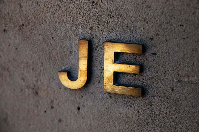 Epsteins initialen bij zijn  voordeur in New York. Beeld AFP