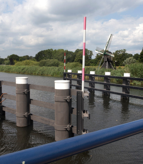 Waterschap Rijn en IJssel waarschuwt met nieuwe borden: brugspringen is levensgevaarlijk