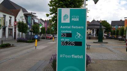 Fietstelpaal registreert aantal trappers in Peerse fietsstraat