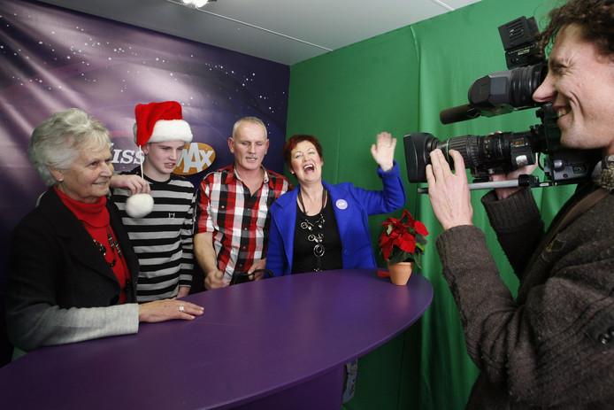 Oma, broer Guido, vader Jack en moeder Resie brengen hun kerstgroet over aan zoon Marco.