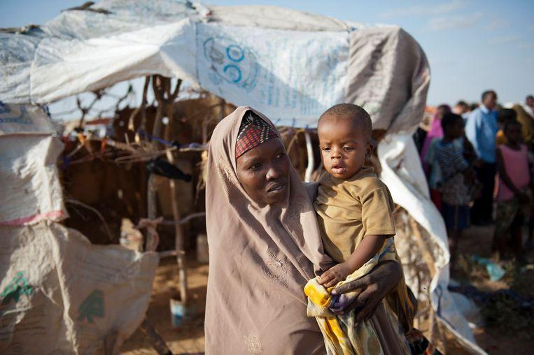 Een vrouw met een kind in een vluchtelingenkamp nabij de Somalische hoofdstad Mogadishu.