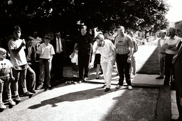 Wethouder Driek van de Vondervoort opent een jeu de boulesbaan in Veldhoven (23-5-1988).