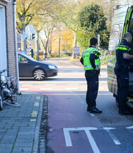 Brommerbestuurder naar het ziekenhuis nadat een auto hem schept in Beekbergen