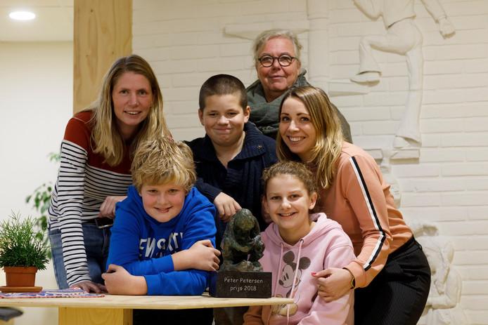 Leerkrachten Miriam Rave, Marianne Bosch-Major en Mariël Bastiaan én de leerlingen Thijs, Sam en Pien met de Peter Petersen Prijs 2018.