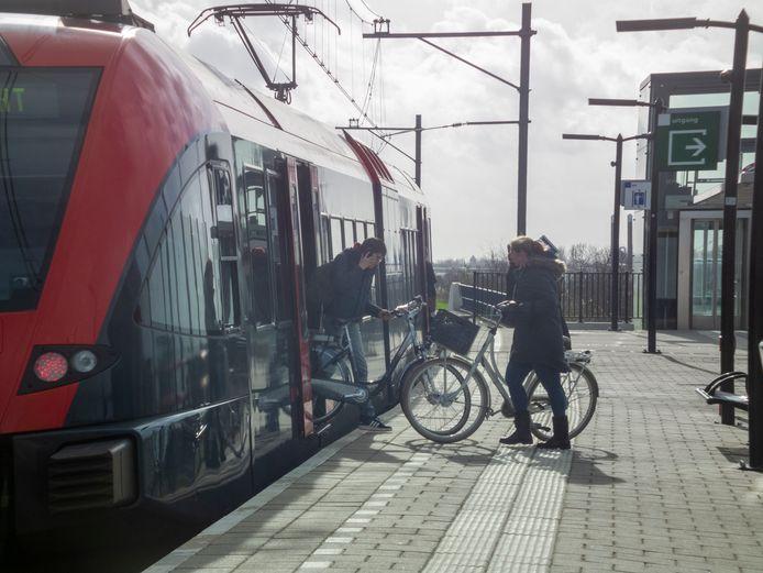 Trein van Qbuzz op de MerwedeLingelijn bij station Sliedrecht Baanhoek.