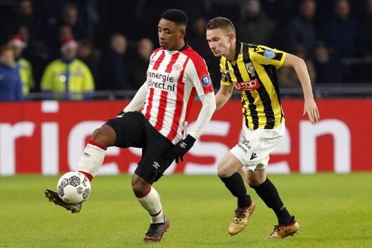 Julian Lelieveld in duel met PSV'er Steven Bergwijn.