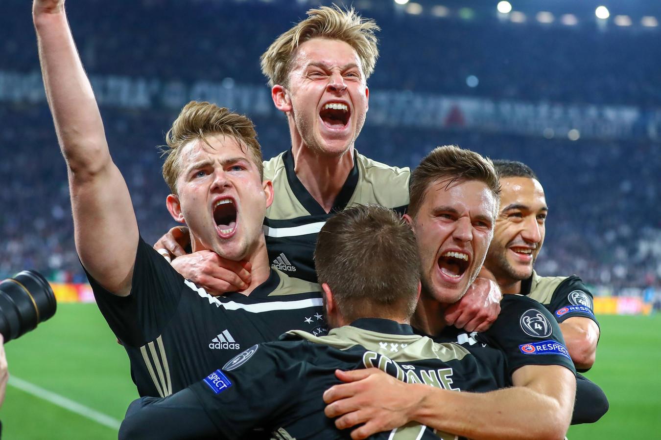 Matthijs de Ligt juicht na zijn goal tegen Juventus op 16 april.