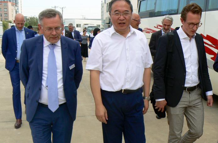 Theo Hendriks (links) tijdens de Chinamissie samen met professor Hansong Cheng van het Chinese waterstofbedrijf Hyner Tech.