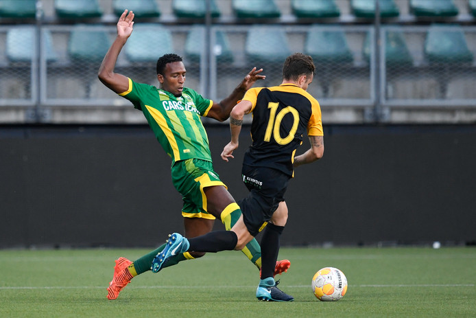 Dion Malone viel vorige week in de slotfase in tegen Aris Thessaloniki. Zondag tegen FC Emmen is hij de rechtsback van ADO Den Haag.