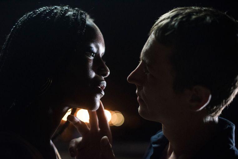 Fatou N'Diaye (Fae) en Vincent Rottiers (Thierry) in de film Engel (Un Ange).  Beeld
