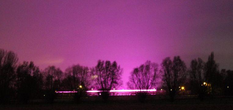 Het licht blijkt uiteindelijk afkomstig van een serrebedrijf op de grens tussen Emelgem en Ingelmunster.