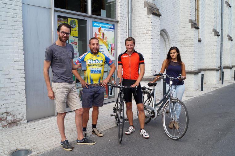 Sportfunctionaris Dieter Cappelle en jeugdconsulent Merlijn Lombaert met jobstudenten Brian Decleir en Ashley Vangheluwe.