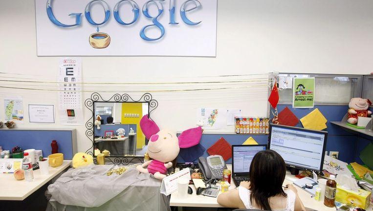 De werkplek van een onbekende werknemer van Google in China. Beeld epa