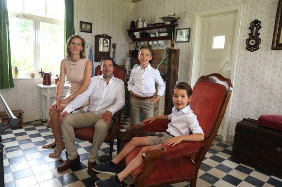 Uitbaters Niek Benoot en echtgenote Ilse met hun kinderen in de noodwoning.