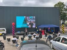 Creatieve diploma-uitreiking in Rijssen: familie en vrienden in de auto