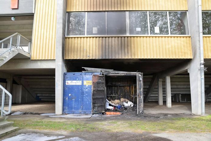 De afgebrande opslagcontainer in het stadion van Willem II.