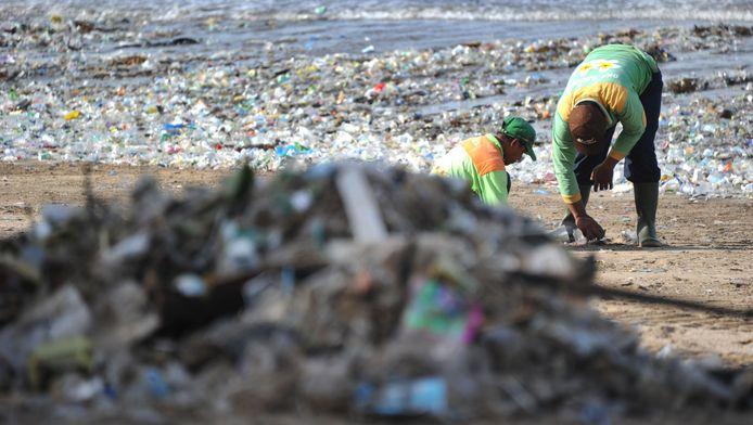 Les monticules qui s'accumulent sur les plages nuisent à la réputation de Bali, présentée comme une île de rêve aux eaux turquoise, et mettent en exergue le problème des ordures en Indonésie.