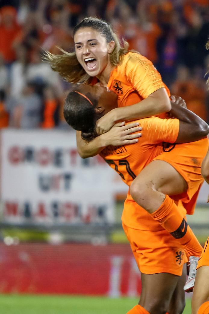 Daniëlle van de Donk viert de 1-0 waarvan ze aan de basis stond met afmaker Lineth Beerensteyn.