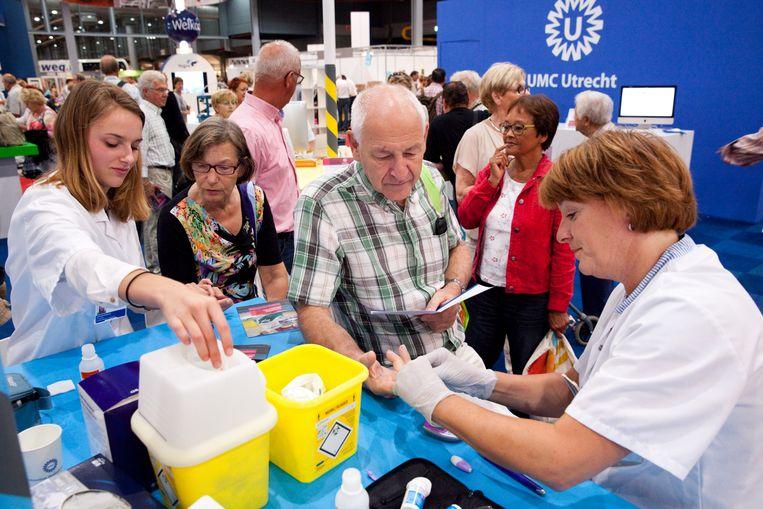 Bezoekers aan de 50PlusBeurs in de Jaarbeurs, Utrecht. In Nederland slikken 2,1 miljoen mensen statines.  Beeld Hollandse Hoogte / Rob Huibers