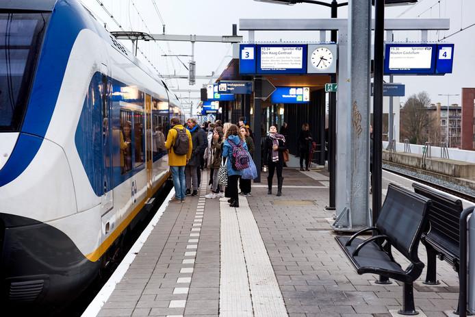 Drukte bij de sprinter op station Vaartsche Rijn in Utrecht.
