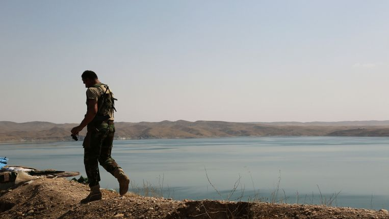 Een Koerdische strijder op de Mosul-dam Beeld ap