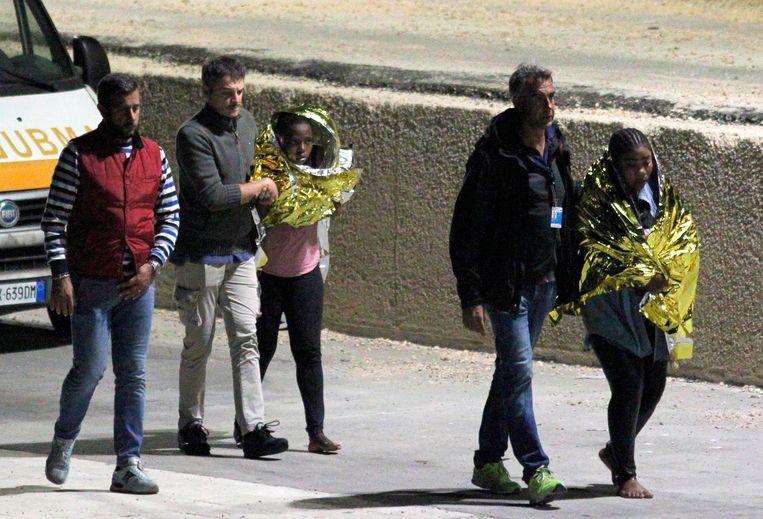 Geredde migranten na de schipbreuk bij de haven van Lampedusa, Italië.