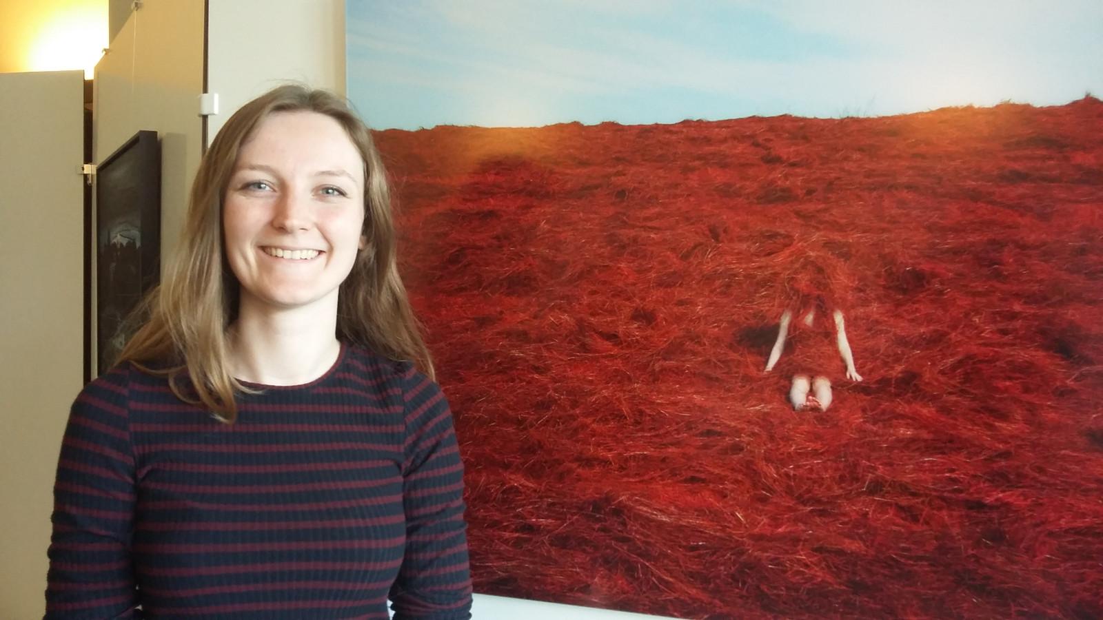 Anne Nobels uit Vogelwaarde bij één van haar werken die tijdens de Kunstschouw in Renesse zijn te zien.