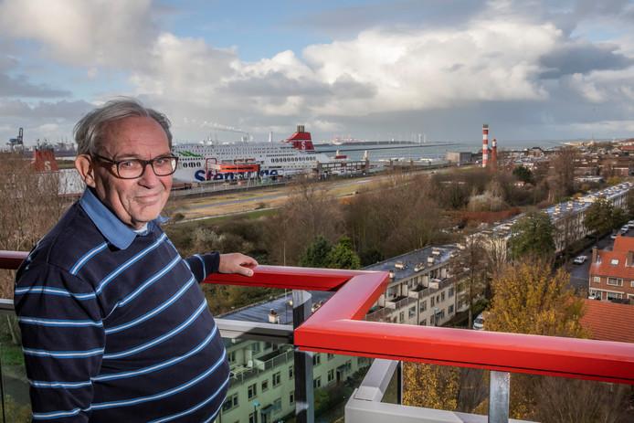 Hoekenaar Dirk Ruis met op de achtergrond de Hoekse ferrykade, precies de plek waar in 1944 via een mobiele lanceerinstallatie V2-raketten werden afgevuurd.