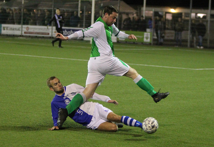 Warnsveldse Boys (groen) won zaterdagavond met 2-1 van AZC in de Zutphense derby.