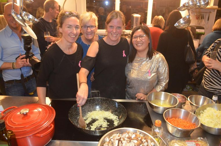 Anja (centraal) met haar vriendinnen rond de kookpotten.