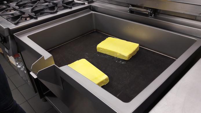 De braadslede met de blokken boter, waarin de schnitzels worden gebakken.