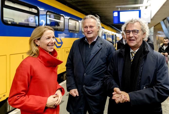 ProRailbaas Eringa met naast hem staatssecretaris Van Veldhoven en rechts NSbaas Roger van Boxtel.
