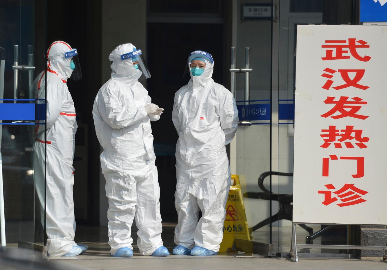 Dokters wachten bij de ingang van een kliniek op koortspatiënten uit Wuhan.