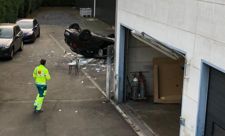 De garagist maakte een fout manoeuvre en belandde met de wagen een verdieping lager.
