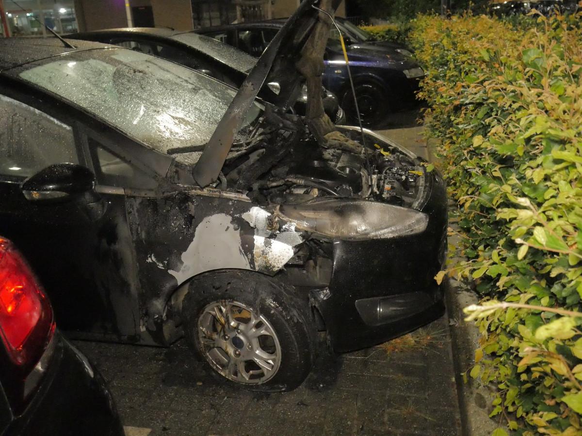 De auto heeft als gevolg van de brand flinke schade opgelopen.