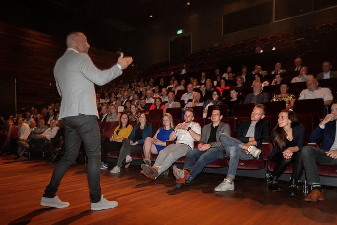 Richard van Hooijdonk geeft Deurnese ondernemers tips mee in het Deurnese Cultuurcentrum.