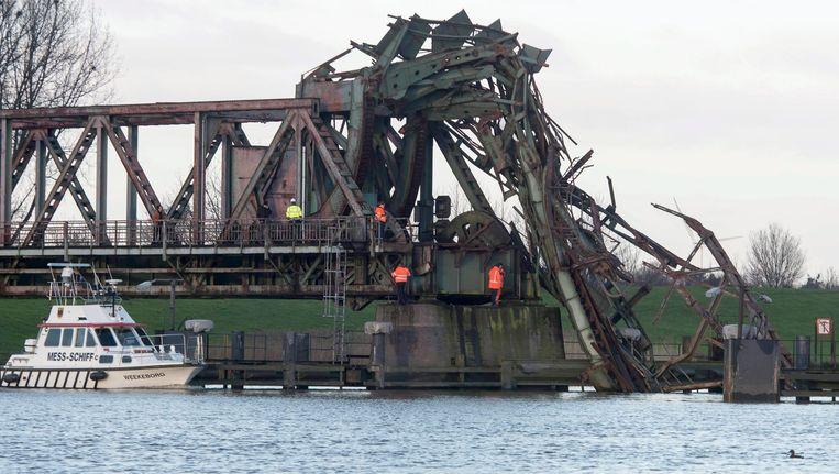 De Friesenbrücke die donderdag 3 december werd doorklieft door het vrachtschip Emsmoon. Beeld null