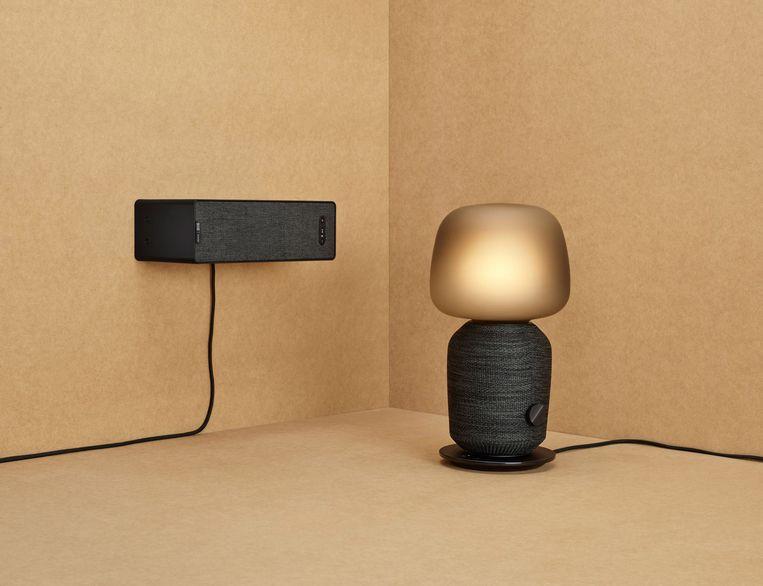 Het muurplankje en de lamp met ingebouwde luidspreker van Sonos en Ikea.  Beeld
