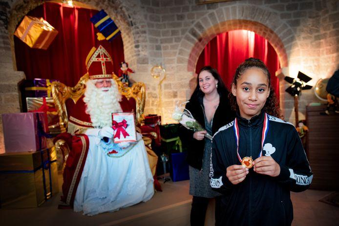 Destiny met medaille, moeder en Sinterklaas met oorkonde.