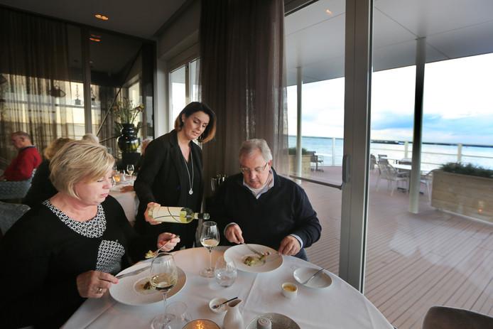 At de inspecteur van de Gault&Millau in maart nou wel of niet roodbaars bij restaurant Vista in Willemstad? Kan niet, zegt de eigenaar, dat gerecht staat al lang niet meer op de kaart. Maar Gault&Millau houdt stug vol dat er wel degelijk roodbaars op het menu stond.