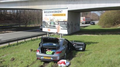 Bestuurder knalt tegen campagnebord verkeersveiligheid