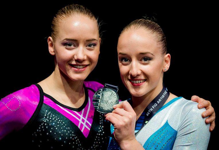Sanne Wevers met haar zilveren medaille op onderdeel balk tijdens de toestelfinale op het WK turnen. Links Lieke Wevers haar tweeling zus die op onderdeel vloer in de toestelfinale uitkwam. Beeld anp